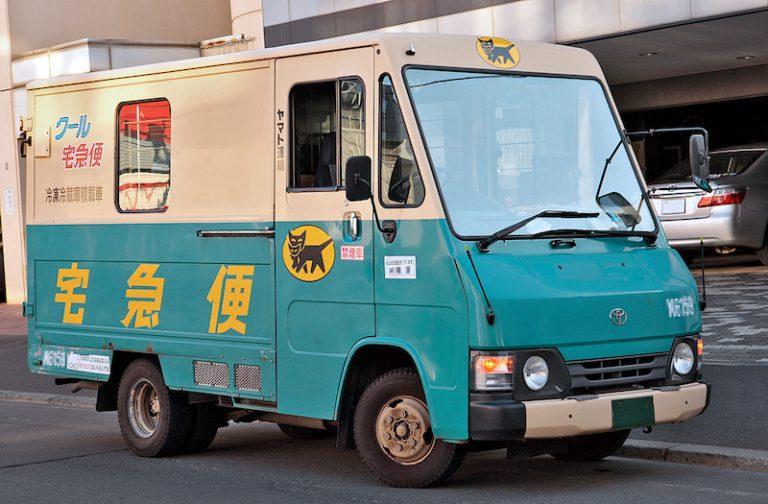 Camion Takkyubin dans lequel voyage votre valise